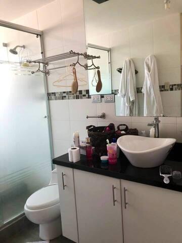 Baño completo y muy espacioso