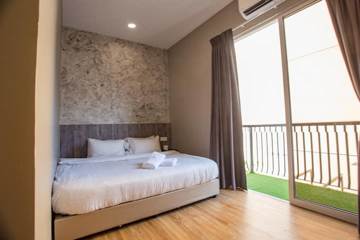 Private room (Queen) with pool in center of Muar