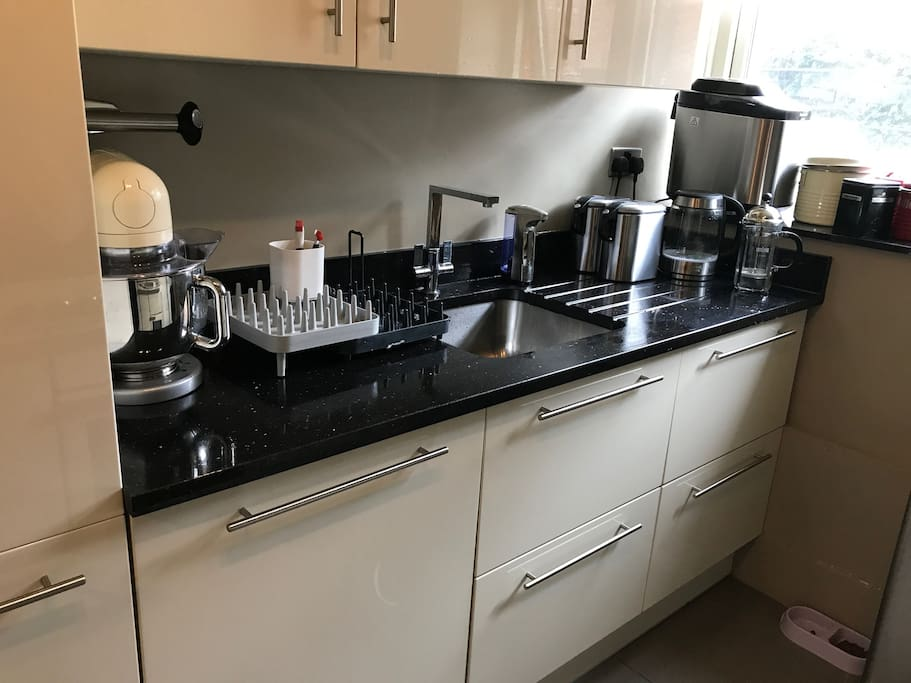 Kitchen with dishwasher and washer dryer