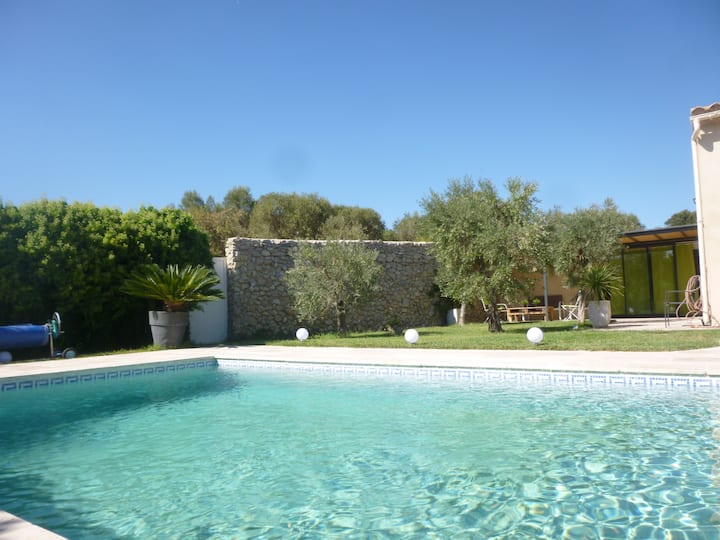 Studio au coeur des Alpilles avec piscine et VTT