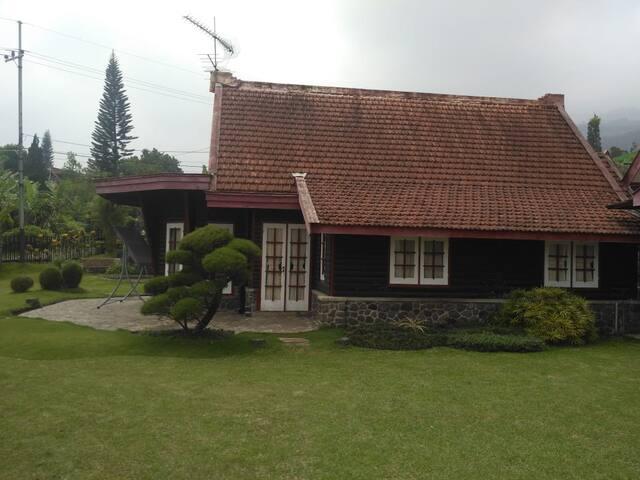 Villa Merah Hitam