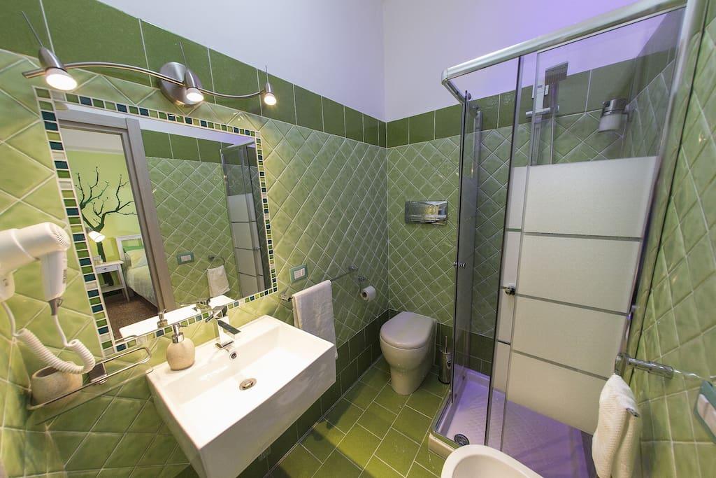 Bagno in camera con doccia cromoterapia