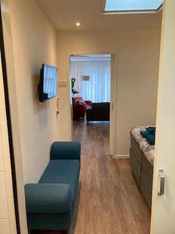 Slaapkamer, met daarachter de woonkamer. De slaapkamer beschikt over een tweede (smart)-tv