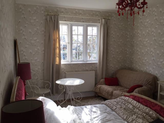2 beautiful cosy rooms in large and beautiful home