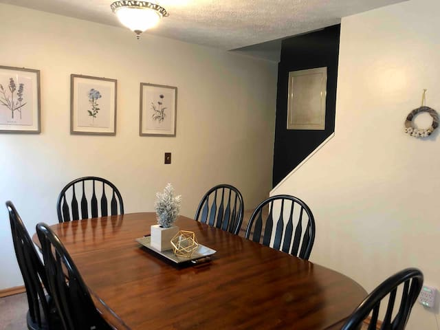 Cozy Clean 3 Bed Townhouse, minutes to Village!
