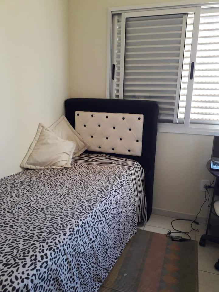 Alugue quarto confortável para estadia rápida.