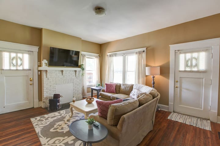 **Walk to Stadium & Uptown** Perfect for groups!