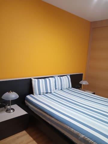 Habitacion principal exterior con cama de 1.50m con amplio baño completo y gran armario empotrado.
