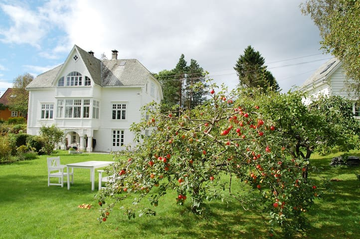 Room in charming villa on an island near Bergen - Fjell - Pis