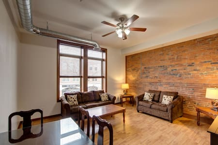 ★★ Boutique Downtown Lofted Flat on the Square ★★