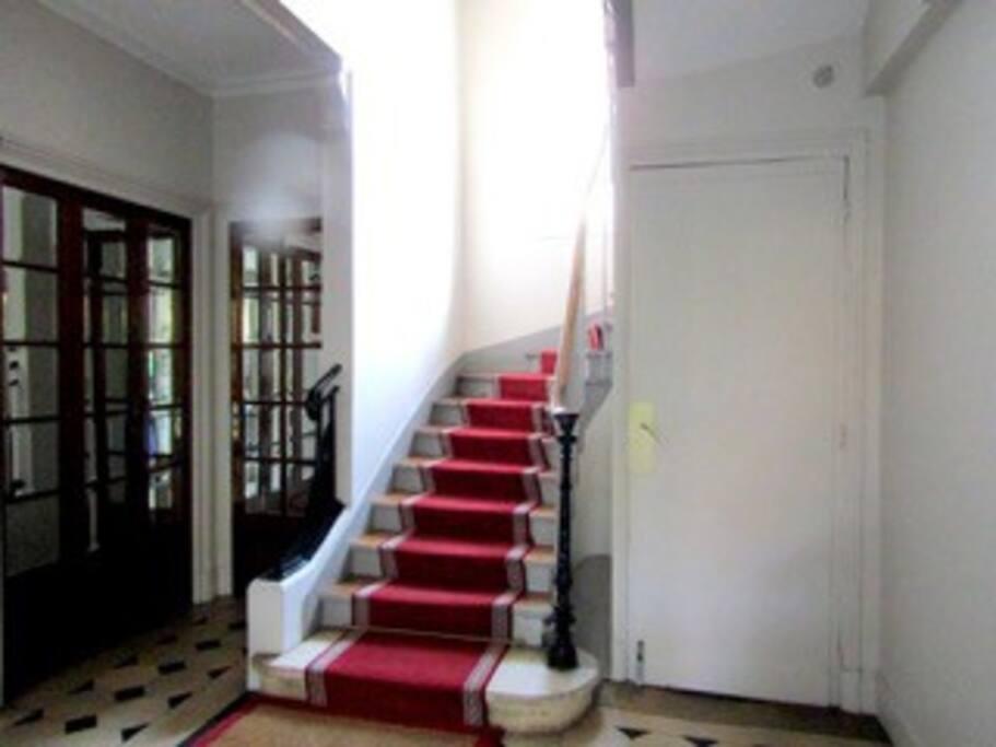 Spacieux hall d'entrée. Il n'y a pas d'ascenceur, l'appartament se situe au 3ème étage.