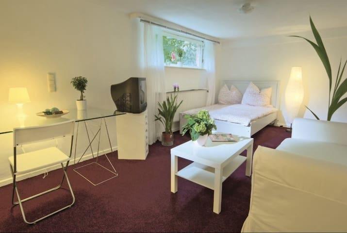 Souterrainwohnung mit zwei Zimmern + Küche & Bad - Lübeck - Apartamento
