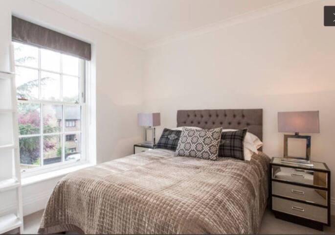 Modern bedroom + ensuite - 倫敦 - 獨棟