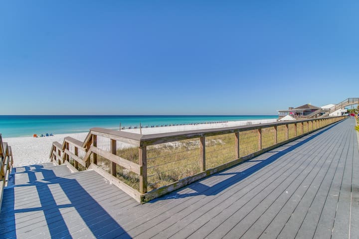 Beautiful condo w/furnished balcony, gulf view, shared pool/hot tub