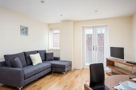 Victoria Apartment - Hill Side Suite - Swindon - Apartament