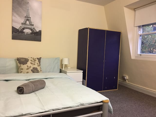 9. Spacious double bedroom 1min to Angel