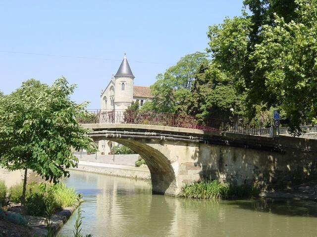 la Château de Ventenac-Minervois, village proche de Ginestas on peut y acheter du vin, manger dans une guinguette au bord du canal, regarder les bateaux passer