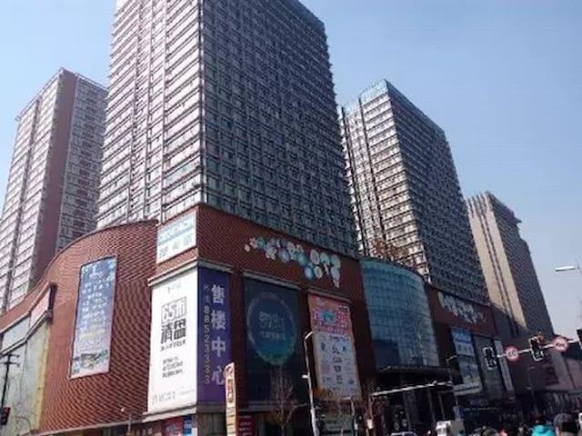 中街商圈,近故宫,地铁口,豪华观景落地窗带吊篮,欧式大床房
