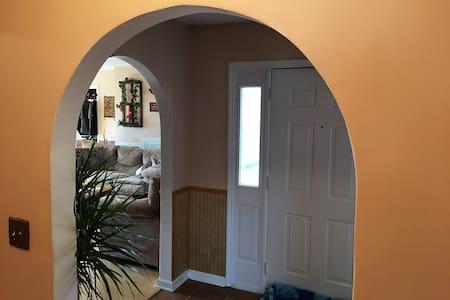 Quiet private room close to the Interstate & VT. - Christiansburg - 独立屋