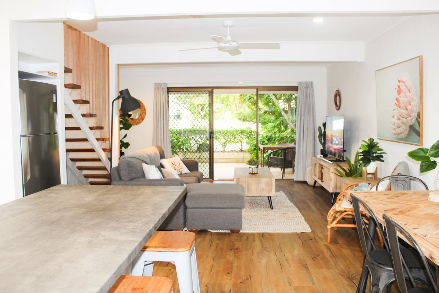 Gorgeously renovated modern apartment in awesome location (close to everything, yet tucked away from the chaos!)
