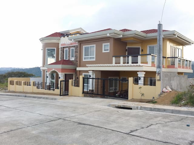 Modern, cozy, quiet TAAL VIEW GUESTHOUSE TAGAYTAY