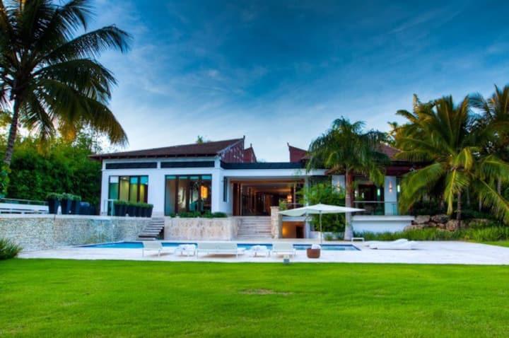 Spectacular modern and minimalist villa