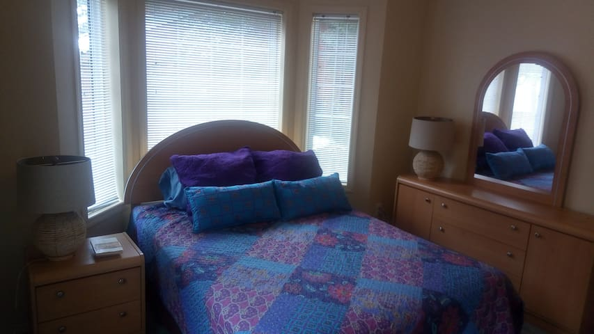 Bright Bedroom! Near Ferry, Beaches and Downtown.