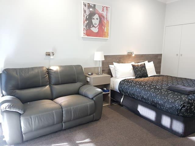 Motel24seven - Queen Room  -  汽车旅馆大号床间 - 大号床