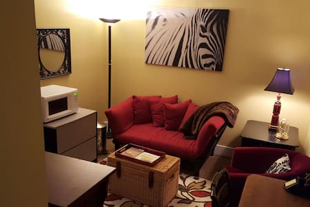 Lake Oswego Red Room a Solo Suite for Travelers - Condominium