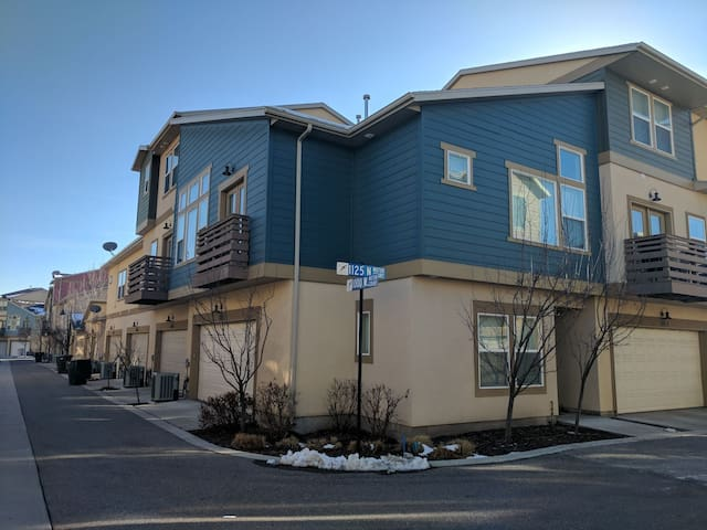 Private bed/bath 15 min from slc - Farmington - Condominium