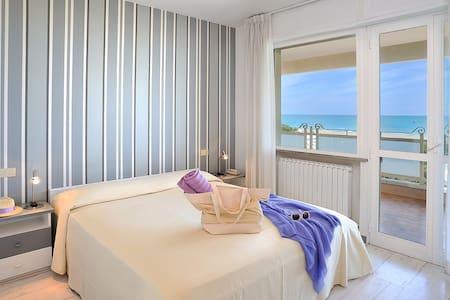 Appartamento di pregio sul mare con piscina - Riccione