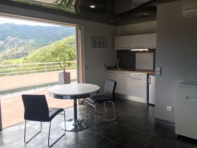STUDIO 2 Personnes + TERRASSE + PISCINE + PARKINGS - L'Escarène - アパート