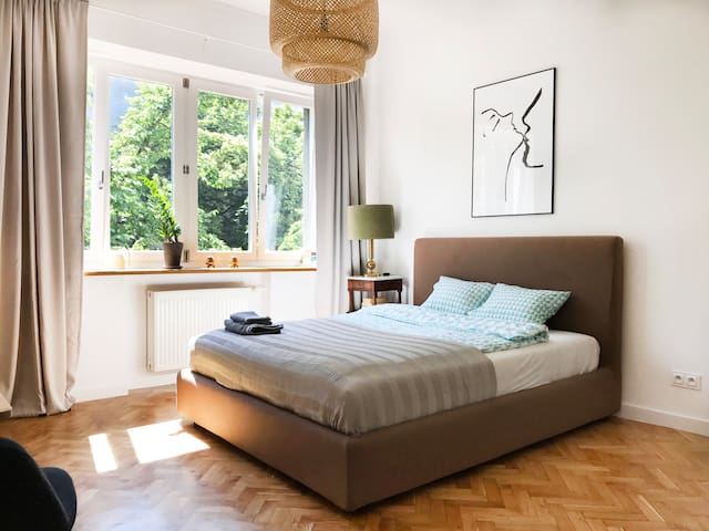Peaceful and bright studio in an amazing hood