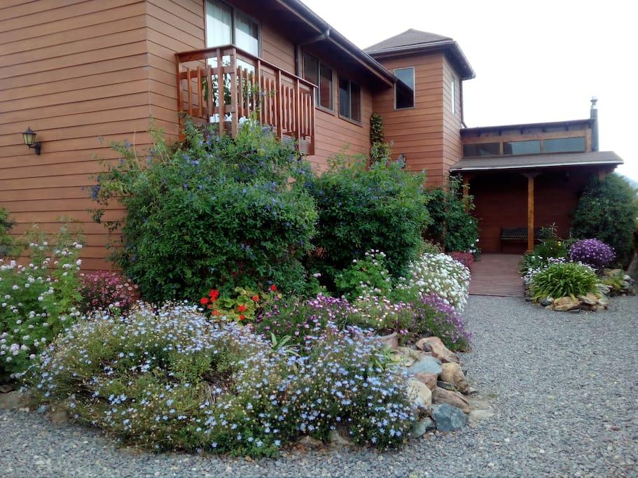 Vista de la casa y jardines
