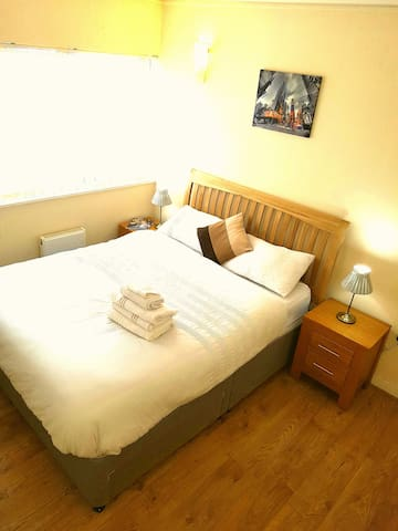 Modern Double Bedroom with River View. London O2. - London - Apartment