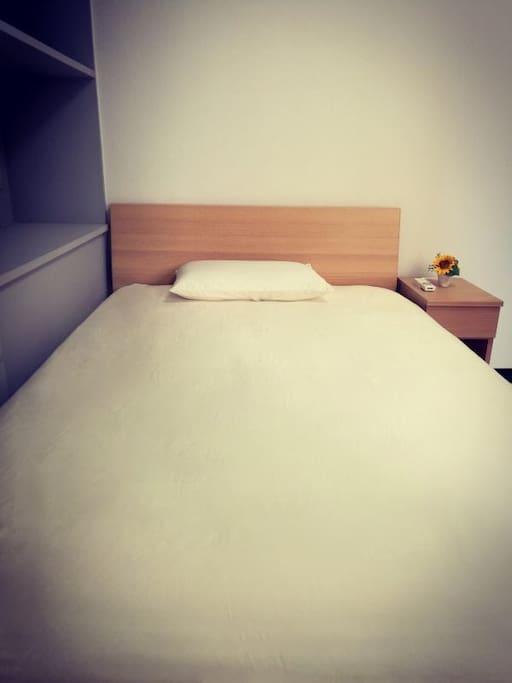 只有睡得好,才能心情好!床品用的是软硬适中的 SD 床垫,价值在 8 万日币。衷心希望客人 能拥有一个良好的睡眠。枕头也有选装,软硬两种,可以自己选装。  ゆったり、ゆっくり休めばこそ良い気持ちになれます。価値8万円であり、弾力性と適度 な硬さを併せ持つセミダブルサイズのマットレスでお客様の快適な寝心地をサポートしま す。さらに、枕も硬めタイプと柔らかタイプ2種類ご用意しており、お客様がご自身に合 った良い枕をご選択いただけます。