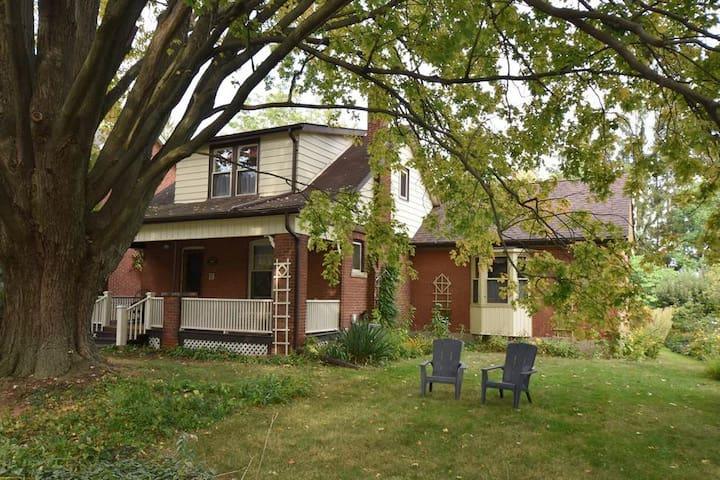 Charming Dundas Home near McMaster University
