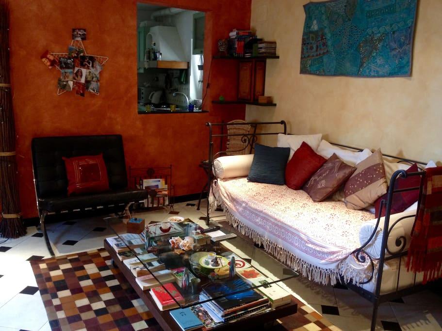 salottino con divano letto singolo- sittingroom with single bed sofa