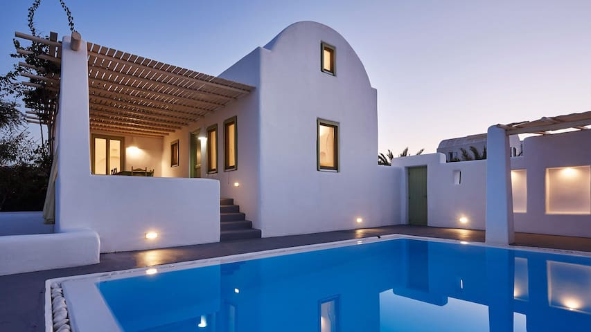 R357 Santorini Villa with Private Pool and Stunning Sea View Incl Breakfast