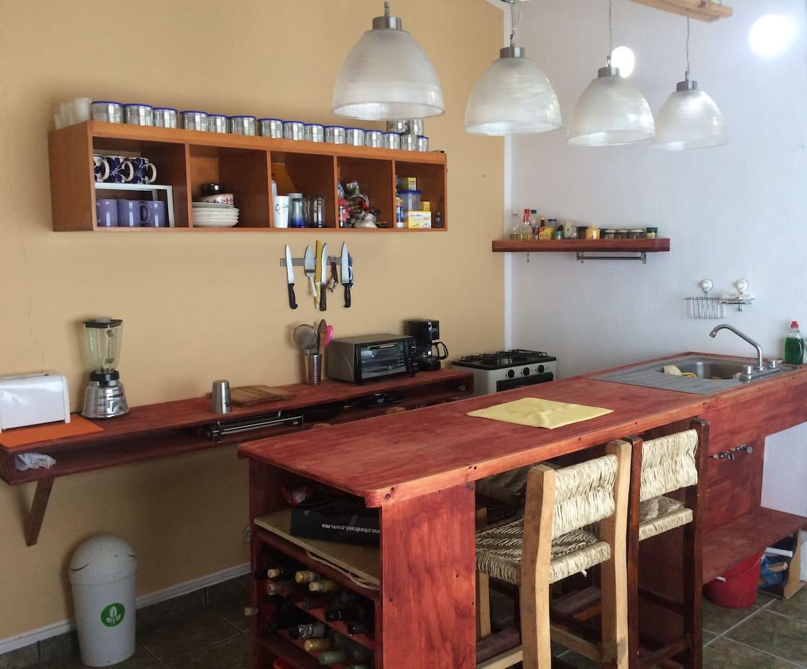 Área de Cocina con barra desayunadora para 4 personas
