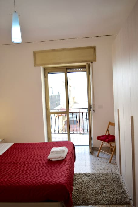 Prima camera da letto con balcone/ First bedroom with the balcony