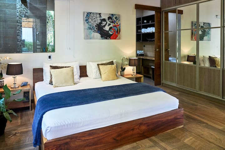 KINGS MASTER BED ROOM , TOP OF THE LINE SLEEPING EXPERIENCE FOR OUR CLIENTS .