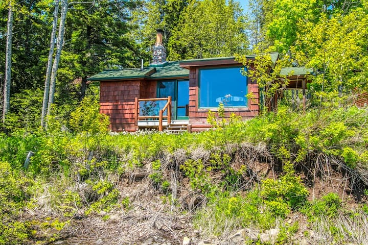 Fox Cove is an adorable little cabin located on the shores of Lake Superior on Cascade Beach Road in Lutsen