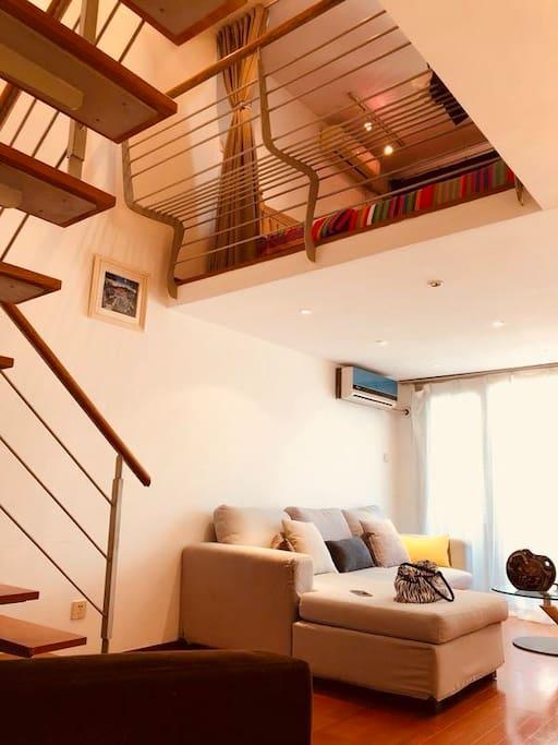 在一楼的楼梯口,抬头看二楼。