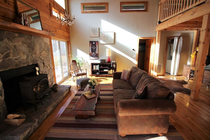 Sweet and sunny log cabin centrally located - Boone - Hus