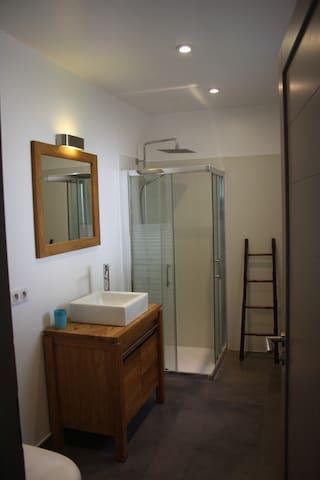 La salle de bains attenante et privative