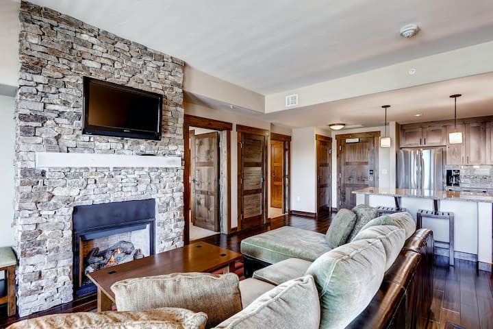 Gorgeous posh condo w/shared pool, hot tubs, fitness, game room & more!