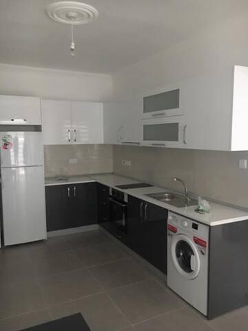 Mutfakta bulunan buzdolabı çamaşır makinası ocak ve fırın çok temizdir deneme amaçlı kullanılmıştır.