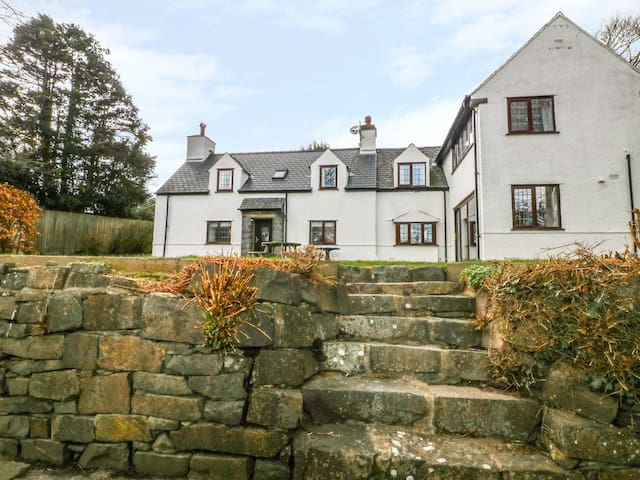 LLEFERIN, pet friendly, with open fire in Abersoch, Ref 978012