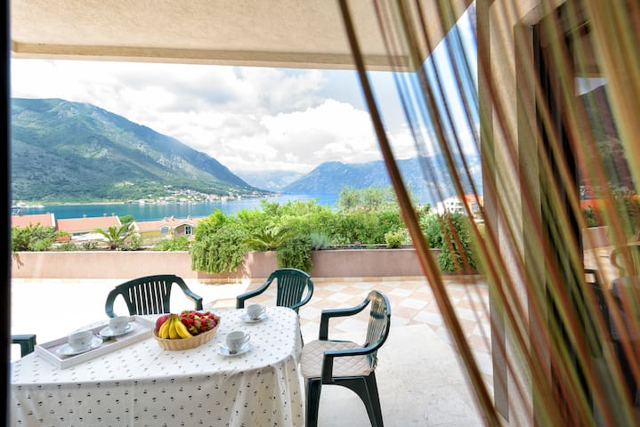 Seaview Apartment with Garden and Pool in Kotor